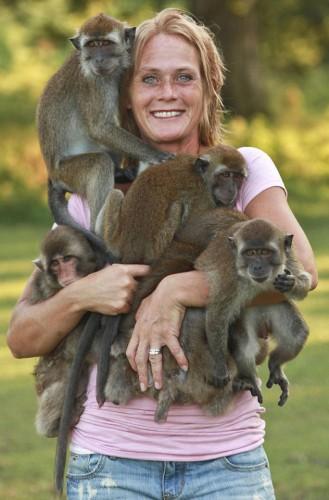 Una signora possiede cinque scimmie e le porta sempre con for Scimmie piccole domestiche